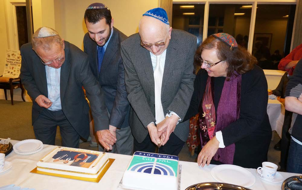 Rabbis_cut_cakes